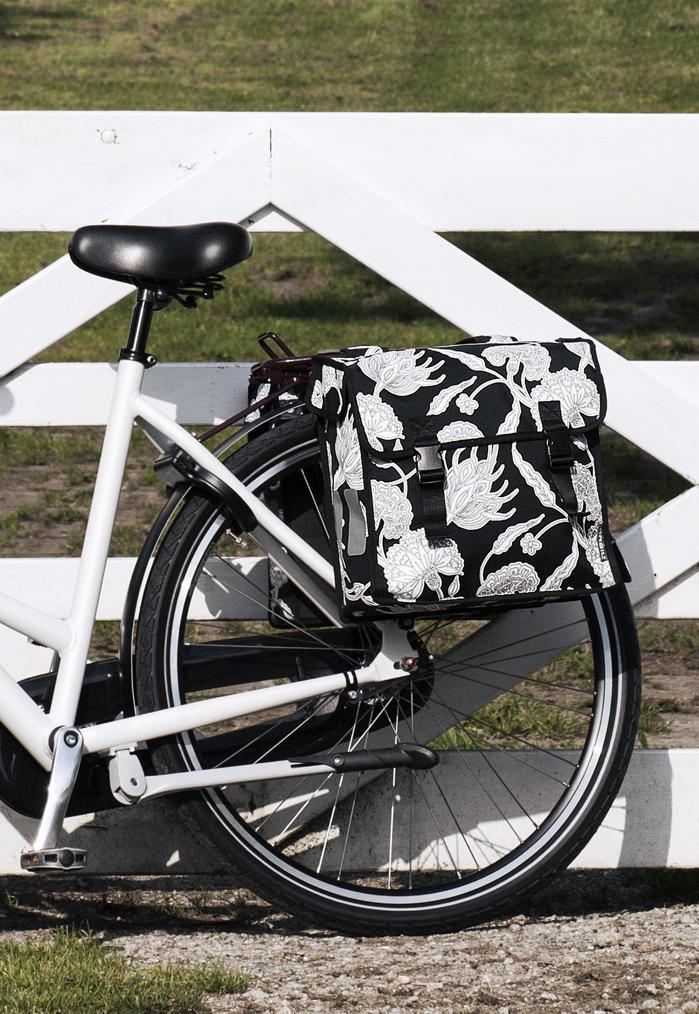 basil fahrrad doppelpacktasche blossom botanica schwarz beim fahrradfachh ndler online kaufen. Black Bedroom Furniture Sets. Home Design Ideas